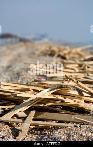 Ferring Strand Strand Verschmutzung: riesige Mengen von Holz an der Sussex Strand nach Winterstürmen gespült. - Stockfoto