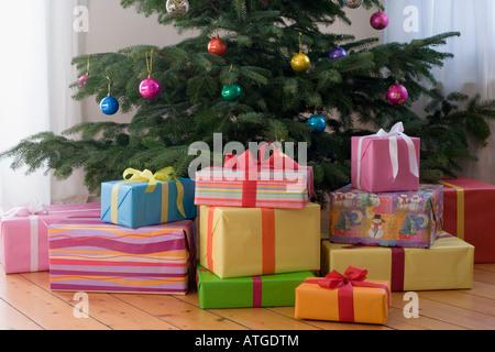 Weihnachtsgeschenke unter dem Weihnachtsbaum - Stockfoto