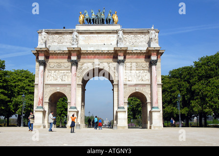 Touristen auf dem Arc du Triomphe du Karussell Paris Frankreich - Stockfoto