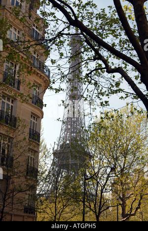 Gesehen aus der Ferne durch blühende Bäume Paris Eiffelturm Frankreich - Stockfoto