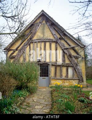 Crucks hergestellt aus Baumstämmen in der Stirnwand einer halb gezimmerten Hütte in Didbrook, Gloucestershire - Stockfoto