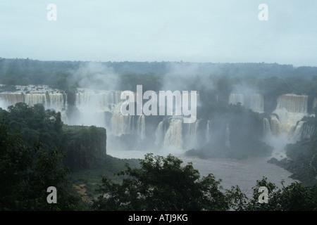 Eine Luftaufnahme zeigt Weite der Iguazu fällt - Stockfoto