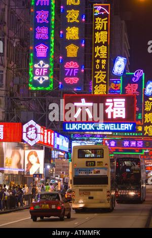 HONG KONG CHINA bunte Leuchtreklamen und Verkehr in belebten Mong Kok Viertel nachts in Kowloon - Stockfoto