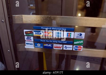 Logos für Kredit- und Debit-Karten am Eingang zu Farley Post Office in New York City - Stockfoto