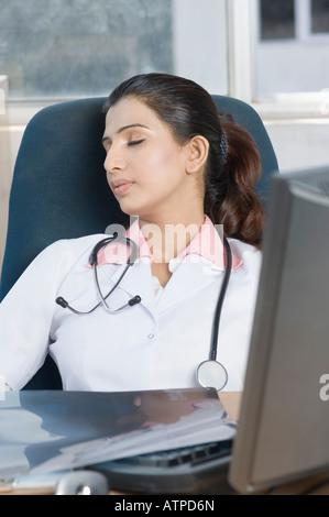 Nahaufnahme von einer Ärztin schlafen