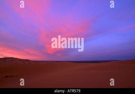 Sonnenaufgang über der Sahara Wüste, Erg Chebbi, in der Nähe von Merzouga, Marokko - Stockfoto