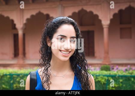 Porträt einer jungen Frau, Lächeln, Taj Mahal, Agra, Uttar Pradesh, Indien - Stockfoto