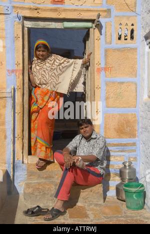 Porträt von Mann und Frau in der Tür einen Hof auf einer Straße in Jaisalmer, Rajasthan, Indien. - Stockfoto