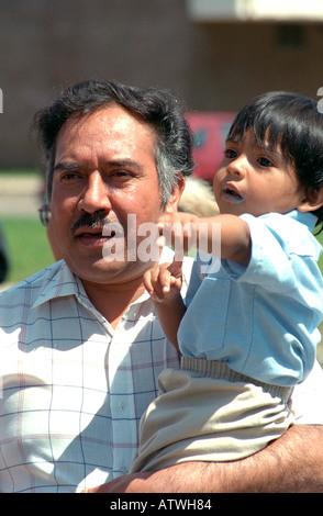 Vater Holding Sohn im Alter von 54 und 2 am Cinco De Mayo Festival. St Paul Minnesota USA - Stockfoto