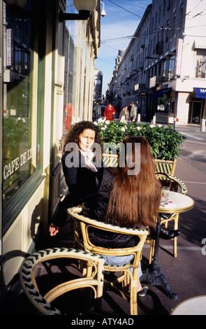Frankreich zwei Frauen sitzen im Straßencafé St Etienne, Haute-Loire - Stockfoto
