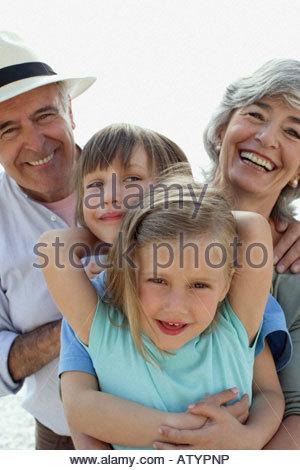Paar und zwei kleine Kinder im freien - Stockfoto