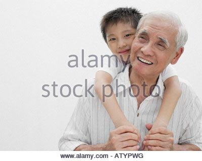 Junge mit Arme um Mann im Haus - Stockfoto