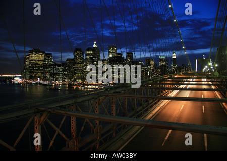 Langzeitbelichtung Bild der Brooklyn Bridge in New York bei Sonnenuntergang. - Stockfoto