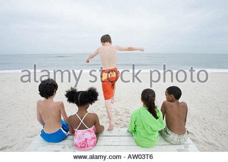 Junge springen - Stockfoto