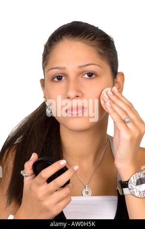 Schöne Teenager-Mädchen Rouge auf Gesicht auftragen - Stockfoto