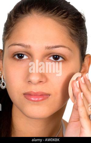 Schöne ethnische Teenagerin Rouge auftragen - Stockfoto