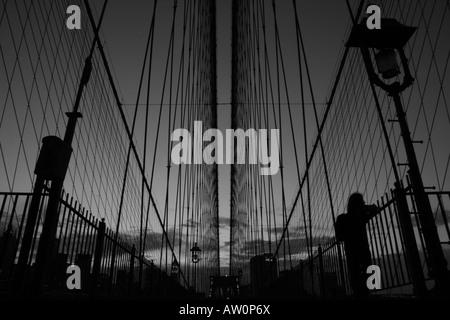 Der Fußgänger auf der Brooklyn Bridge in New York - Stockfoto