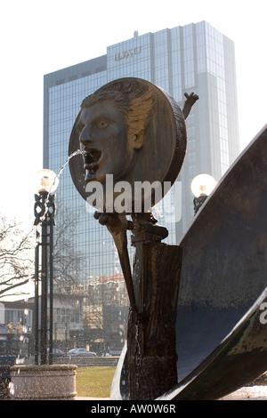 Birmingham Centenary Square Skulptur Wasserspiel, Crowne Plaza Hotels in Hintergrund, März 2008, England West Midlands. - Stockfoto