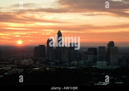Luftaufnahme der Sonnenuntergang hinter der Skyline der Stadt von Charlotte, North Carolina - Stockfoto