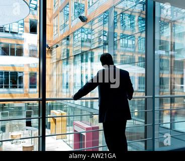 Banker, die auf der Suche in einem modernen Gebäude - Stockfoto