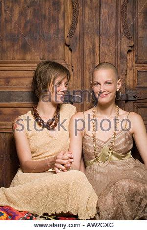 Zwillings-Schwestern Hand in Hand - Stockfoto