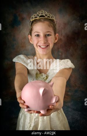 junges Mädchen verwahrenden Piggy bank - Stockfoto
