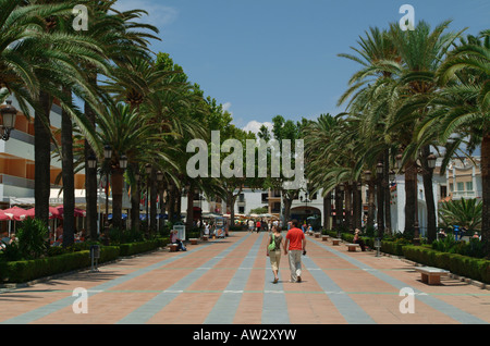 Nerja. Blick entlang der Balcon de Europa und Marktplatz, Costa del Sol-Provinz von Malaga. Andalucia. Andalusien. - Stockfoto