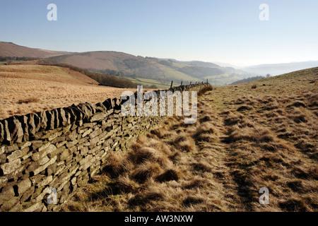Eine Trockenmauer oben Hathersage in Derbyshire Peak District Großbritannien - Stockfoto