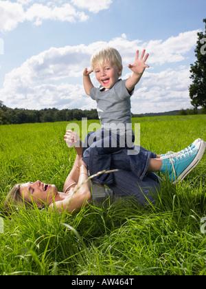 Mutter und Sohn in einem Feld zu spielen. - Stockfoto