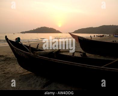 Angelboote/Fischerboote am Strand von Palolem in Goa in Südindien bei Sonnenuntergang - Stockfoto