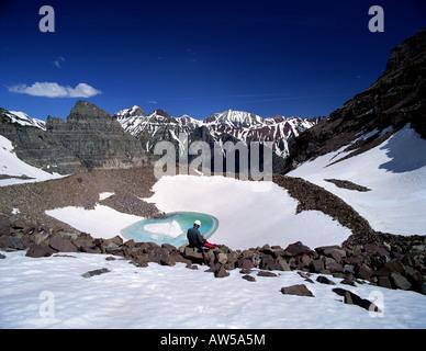 Kletterer auf Felsbrocken über suchen Gletschersee unterhalb Pyramid Peak Elch - Stockfoto