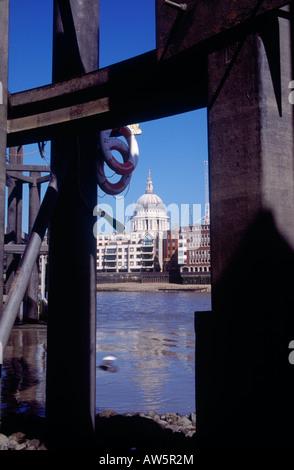 Unter der Bankside Anlegestelle Blick über die Themse, St Pauls Cathedral, London anzeigen - Stockfoto