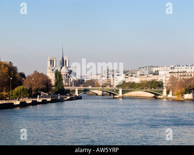 Pont de Sully Fluss Seine Kathedrale Notre-Dame und der Ile Saint-Louis - Stockfoto
