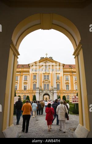 Touristen besuchen das barocke Benediktinerkloster Melk Abbey in der Wachau in Österreich - Stockfoto