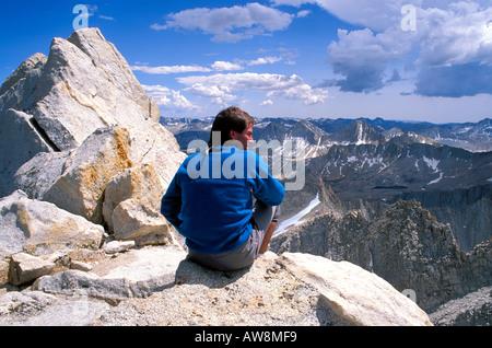 Blick vom Gipfel des Bear Creek Spire John Muir Wilderness Berge der Sierra Nevada Kalifornien Kletterer - Stockfoto