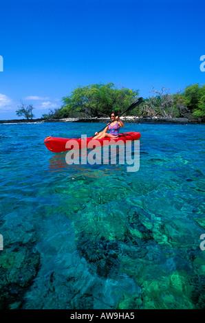 Frau Kajak auf Kealakekua Bay in der Nähe von Captain Cook Monument The Big Island Hawaii - Stockfoto