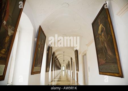 Des Kaisers Korridor mit Gemälden des österreichischen Monarchen in das barocke Benediktinerkloster Melk Abbey in - Stockfoto