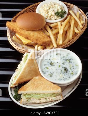 gebratenen Fisch Filet Sandwich Roll Käse Krautsalat Pommes frites Thunfisch Salat Sandwiches Sahne Brokkoli Korb - Stockfoto