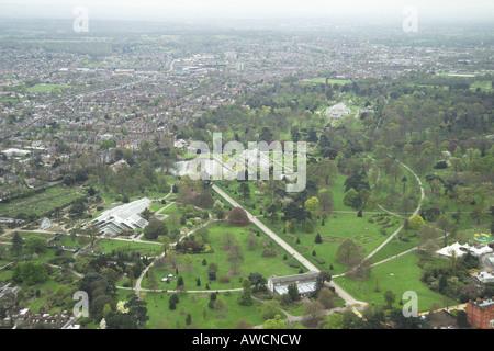 Luftaufnahme von den Royal Botanic Gardens in Kew mit der Princess of Wales Conservatory und das Palmenhaus - Stockfoto