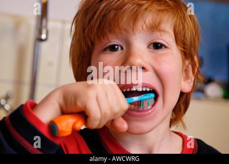 Kind seine Zähne zu reinigen - Stockfoto