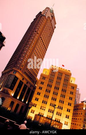 Wolkenkratzer am Abend am Bund (Uferpromenade), Shanghai, China, Asien - Stockfoto