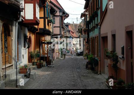 Gasse in Eguisheim, Elsass, Frankreich, Europa - Stockfoto