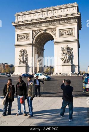 Touristen am Arc de Triomphe, Paris, Frankreich, mit Touristen fotografieren - Stockfoto