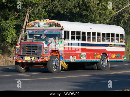 Traditionell eingerichtete Bus in Panama City, Panama. 2006. - Stockfoto