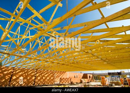 hölzernen Dachstuhl Balkenwerk Construction Site Ziegel Wand Zement grauen Beton Männer Mann Arbeit Hausbau neue - Stockfoto