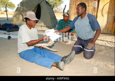 """Traditionelle Heiler Patienten gegeben sein """"Rezept"""" für Heilkräuter, Sehitwa, Botswana, Afrika - Stockfoto"""