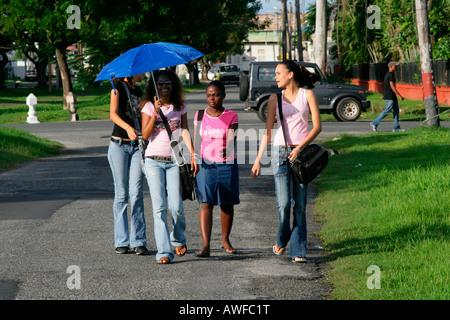 Junge Menschen in einem Park in Georgetown, Guyana, Südamerika - Stockfoto