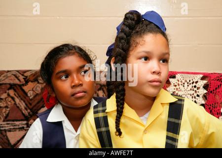 Zwei Mädchen sitzen auf einem Sofa, Georgetown, Guyana, Südamerika - Stockfoto