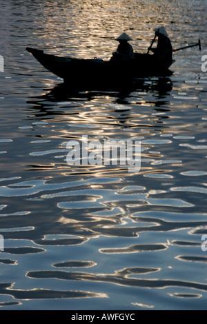 Zwei Frauen in einem Longboat Hoi an ein - Stockfoto