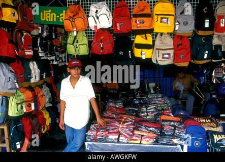 Thai Junge, Junge, Teenager, Rucksäcke, Chatuchak Weekend Market, Chatuchak Market, Bangkok, Bangkok, Thailand, - Stockfoto